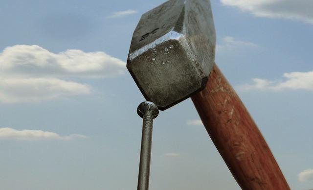 kladivo a hřebík