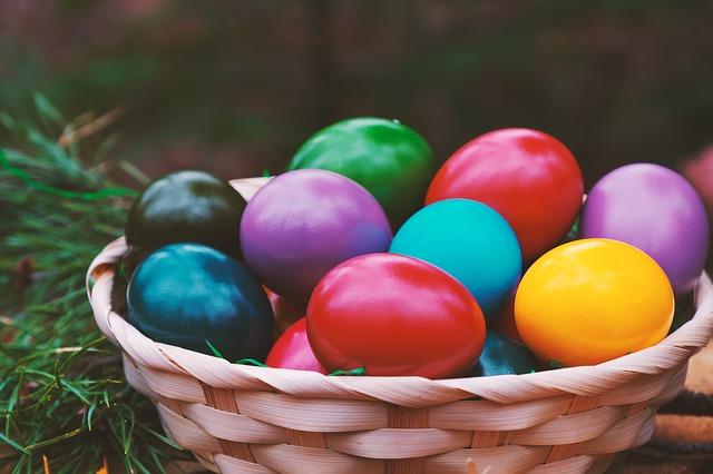 velikonoční vajíčka v ošatce