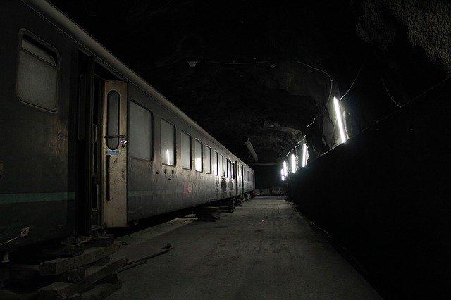 tma v tunelu, starý nepoužívaný vlak.jpg