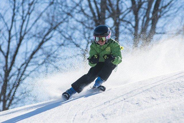 chlapec na lyžích