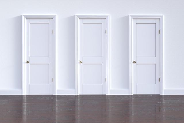 tři bílé plastové dveře